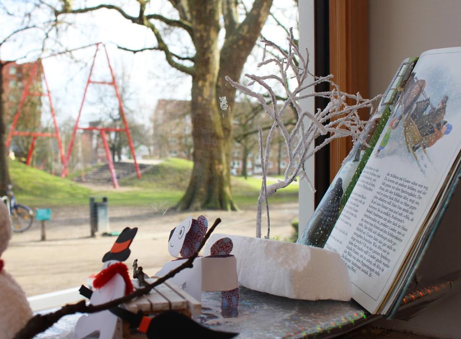 KaN_KinderBuchTourDurchKiel_JuliLiest_KinderbüchereiSchützenpark_BlickRaus_Foto__(c)www.kielamnil.de