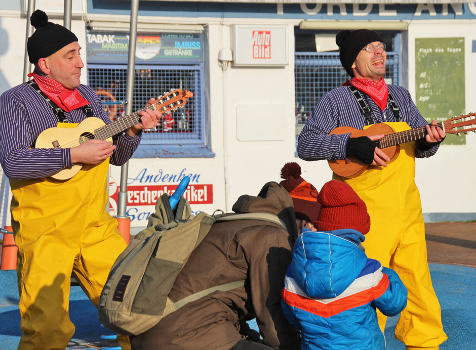 KaN_Laboe_Winter_Straßenmusiker_Havariegefahr2_Foto(c)www.kielamnil.de