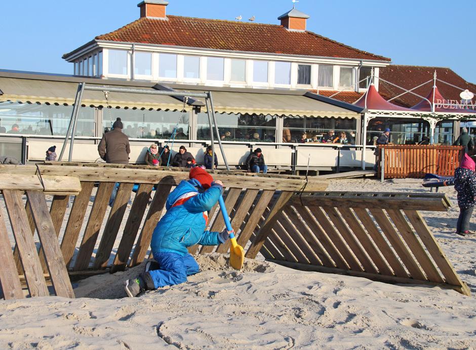 KaN_Laboe_Winter_Straßenmusiker_Strandspielplatz_Cafe_Foto(c)www.kielamnil.de